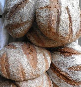 квасен хляб, изпечен в глинена фурна
